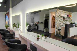 Coiffeur in Regensdorf, Salon mit weiss glaenzender Theke und komfortablen Sesseln