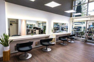 Coiffeur-Salon Komfortsitze mit Spiegeln, helle moderne Einrichtung